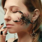 скорпион на лице