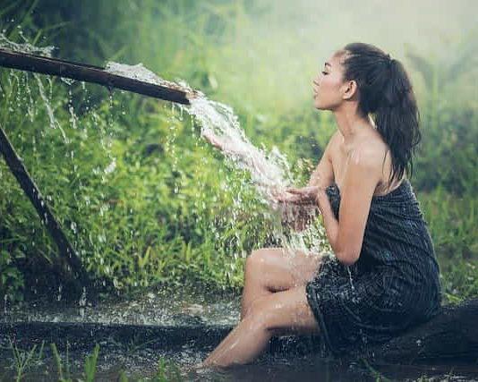 девушка перед купанием